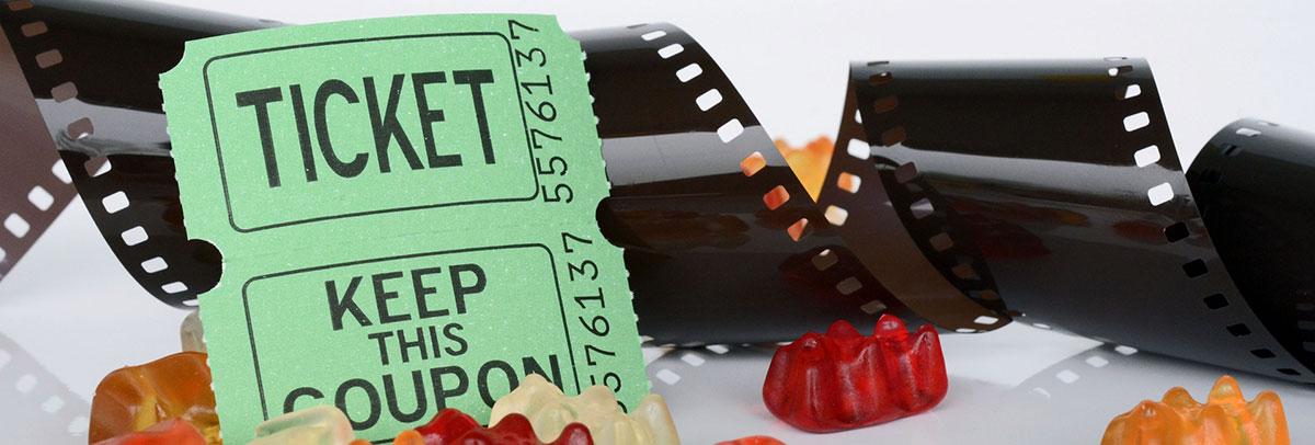 Illustration ticket de cinéma : meilleures chaines gratuite Roku pour les films