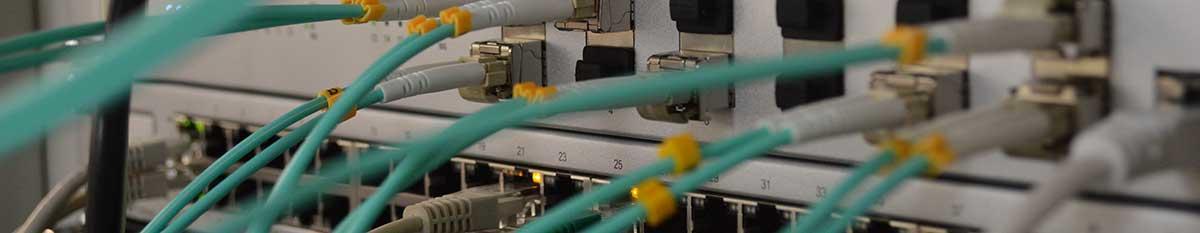 illustration de cables branchés sur des serveurs